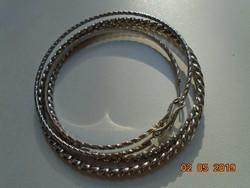 Csavart mintás fehér fém 2 db karperec+2 db fülbevaló