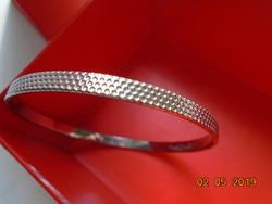 Dombornyomot apró hatszögletek  mintás fehér fém karperec