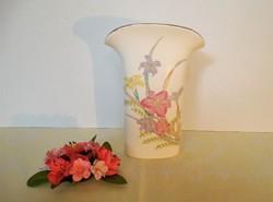 Különleges formájú, japán váza virágmintával