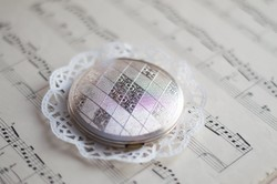 Gyönyörű ezüstszínű pudrié - tükrös púdertartó