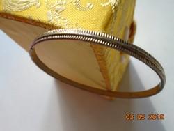 Aranyszínű fém dombornyomot rovátkás mintával