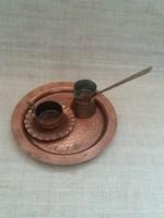 Régi  kézimunkával készített vörösréz kávés csésze kis tányérral kávékiöntő tálcán