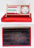Retro mini iskola - piros fadoboz krétatábla fedővel, benne óra és abakusz
