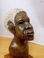 Bennszülött gránit figura torzó, kisplasztika pácolt fa talapzaton, kézműves műremek.