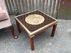 Üveg tetejű négyzet alakú asztalka