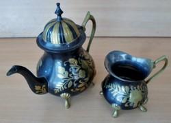 Régi díszes fém teáskanna és kiöntő
