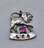 Szép régi horoszkópos ezüstmedál rubinnal