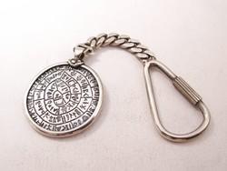 Ezüst kulcstartó a phaisztoszi koronggal.