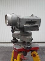 Fa tripod, földmérő teleszkóppal, retro