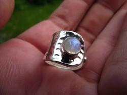 Holdkővel díszített, ezüst gyűrű