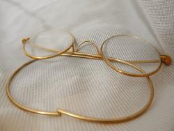 Fémkeretes szemüveg