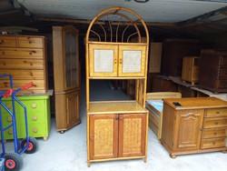 Eladó egy rattan komód, tálaló szekrény. Bútor szép állapotú, üveg betétekkel.