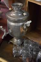 Szamovár poharakkal