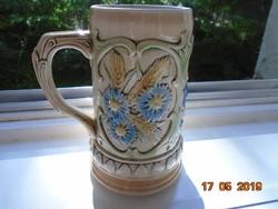 Nagyon ritka 19.sz Sitzendorf sörös korsó-a rokkával fonó család-16,5 cm