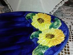 Kézzel  formàzott, festett napraforgós, olasz kínáló, asztalközép.