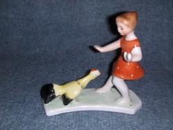 Bodrogkeresztúri kerámia kakastól megijedő kislány piros ruhás figura (po1)