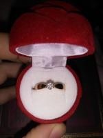 14 kt rózsa arany gyémánt gyűrű 0,10 kt brill briliáns  hatos fehérarany foglalatban értéken alul