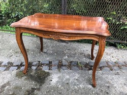 Neobarokk stílusú asztal fából,faragott díszekkel, hibátlan állapotban