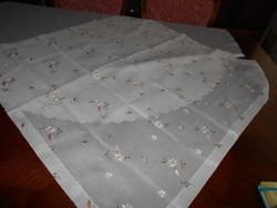 Asztalterítő, hímzett /organza/szerű/ 87x87 cm