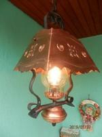 Kovácsoltvas díszítésű kültéri lámpa.
