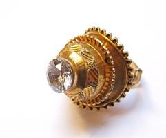 Különleges aranyozott ezüst gyűrű,nagyméretű csiszolt kővel!