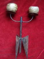 Három lábon álló kettős vas gyertyatartó