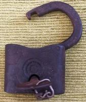Antik lakat kulccsal