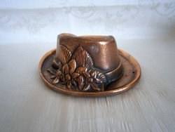 Különleges kalap alakú réz dísztárgy virág csokorral falra is akasztható
