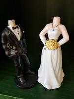 Esküvőre, az ifjú pár fotóit tartó szobrok. Meglepetésnek