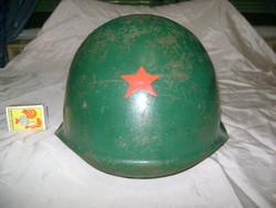 Katonai sisak vörös csillaggal