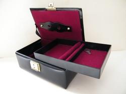 Bőr bevonatos kulccsal zárható kis ékszertartó doboz, ládika