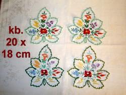 e8a80f4839 Fehér alapra kézzel Kalocsai mintával hímzett szőlőlevél alakú terítő 20 x  18 cm ...