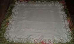 Fehér pamut fodros, csipkés, hímzett párnahuzat