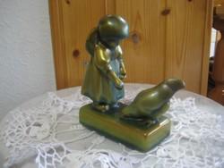 Zsolnay , Annuska , a   galambot etető kislány 10 x 11 cm . ruhája szélén egy kis lepattanás