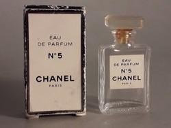 Chanel mini parfümös üveg dobozában csak csilcsil részére