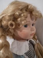 Porcelán - baba - NÉMET - NAGY 40 cm exkluzív - kosárkával, benne kalapja - fehér álvány - bontatlan