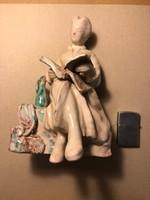 Kerámia ülő hölgy szobor