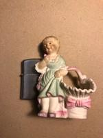 Porcelán kislány kosárral