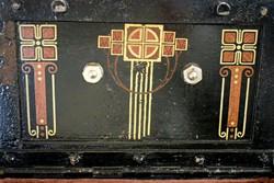 100 év körüli, kulccsal zárható, díszes pénzes ládika, doboz, széf, dekoráció: 25,5cm x 16 cm.