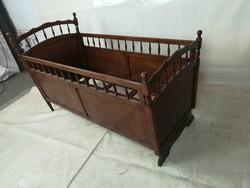 Régi ,fából készült gyermekágy