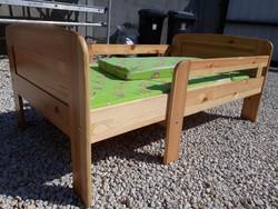 Eladó egy  állítható fenyő gyerekágy  3db os matraccal. Bútor szép  állapotú, erős és stabil