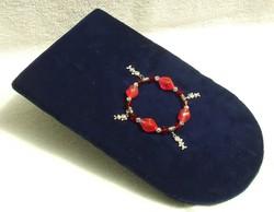Bizsu ékszer Piros karkötő Figurás fityegővel