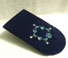 Bizsu ékszer Kék virágos karkötő fityegőkkel