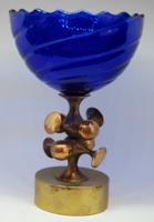 Muharos Lajos ötvösművész: Sárgaréz kupa kék üvegkehellyel