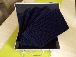 Új érmetartó bőrönd 5 db tálcával és kulcsokkal/id 9682/