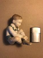 Aquincumi cipőfűző kisfiú porcelán figura