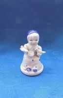 Galambokat etető porcelán kislány figura 10 cm (tö)