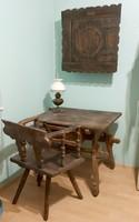 Régi bútor petróleumlámpával