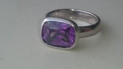 Ezüst massziv gyűrű ametiszt színű kővel díszítve 925