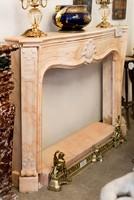 Klasszikus vonalú pezsgőszínű márvány kandalló